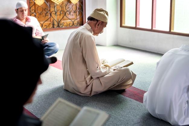 Muzułmanie czytający z koranu