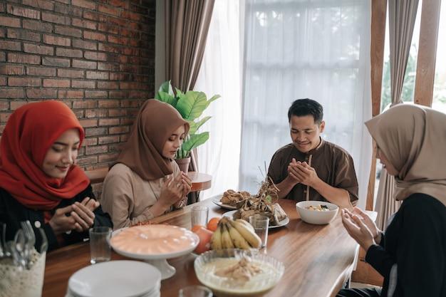 Muzułmanie modlą się przed jedzeniem