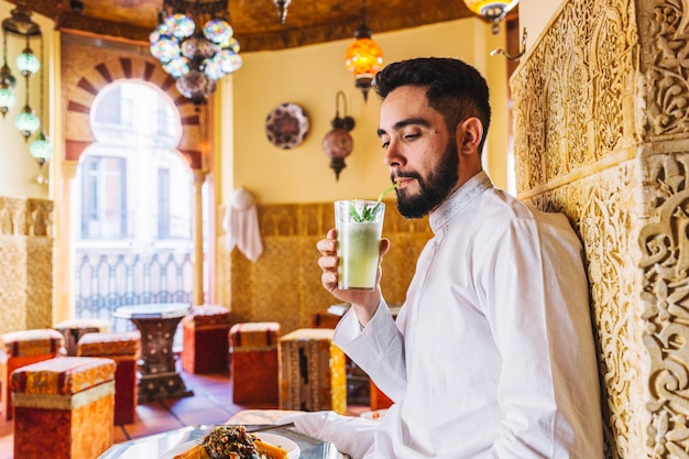 Muzułmanin człowiek siedzi w restauracji