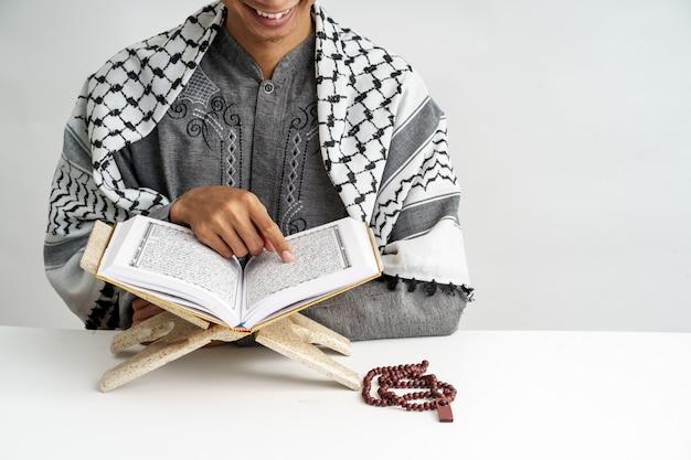 Muzułmanin czytający koran
