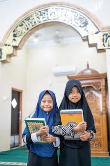 Muzułmanin dziecko dziewczynka gospodarstwa koranu