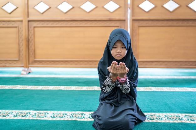 Muzułmanin modli się do boga