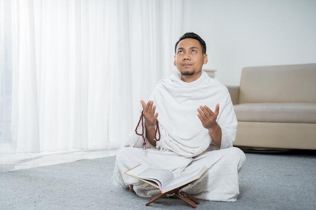 Muzułmanin modli się w białe tradycyjne stroje