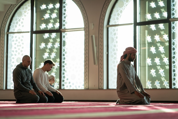 Muzułmanin modli się w pięknym meczecie