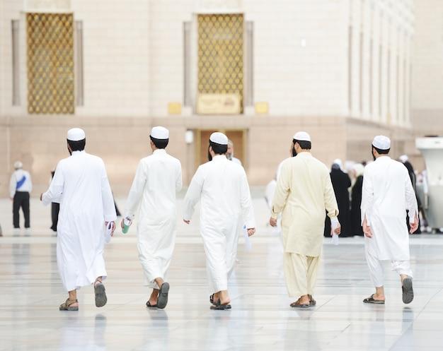Muzułmanin odwiedzający święte miejsca