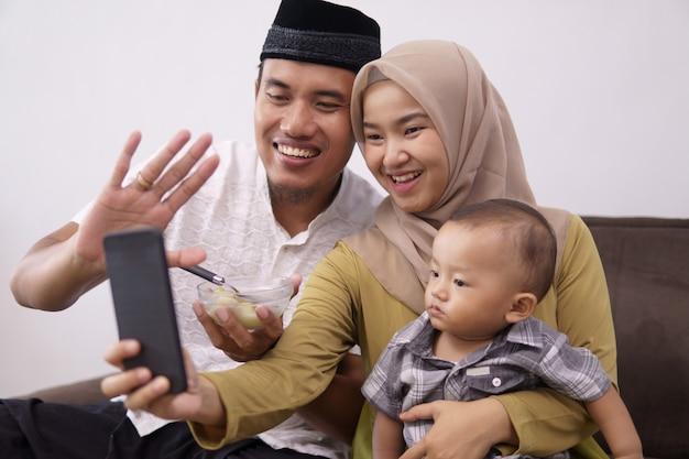 Muzułmanin rodzinny nawiązuje połączenie wideo z rodziną