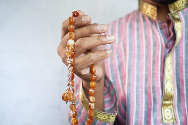 Muzułmanin trzyma rękę w gestach modlitewnych podczas ramadanu z bliska