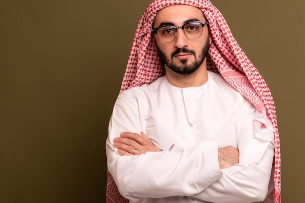Muzułmanin w hidżabie. portret młodego mężczyzny arabskiego w tradycyjnym stroju. wysokiej jakości zdjęcie