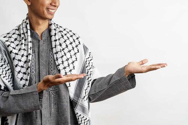 Muzułmanin z pokazując gest prezentacji
