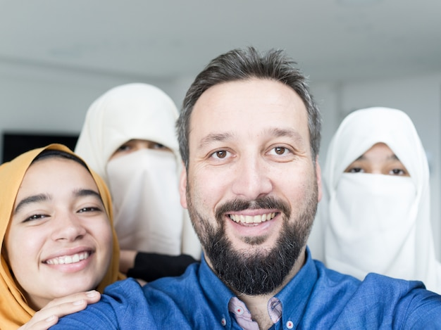 Muzułmanin z portretem 4 kobiet