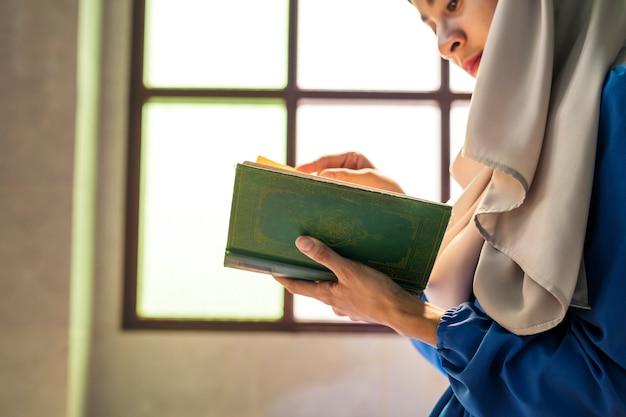 Muzułmanka czytająca z koranu