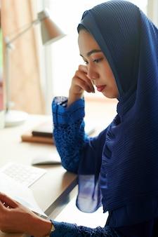 Muzułmanka czytanie dokumentu