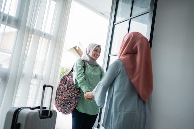 Muzułmanka hidżabu szczęśliwa spotyka swoją siostrę
