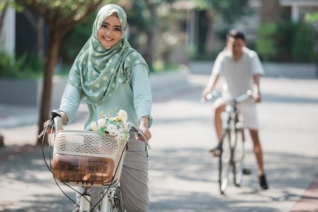Muzułmanka, jazda na rowerze