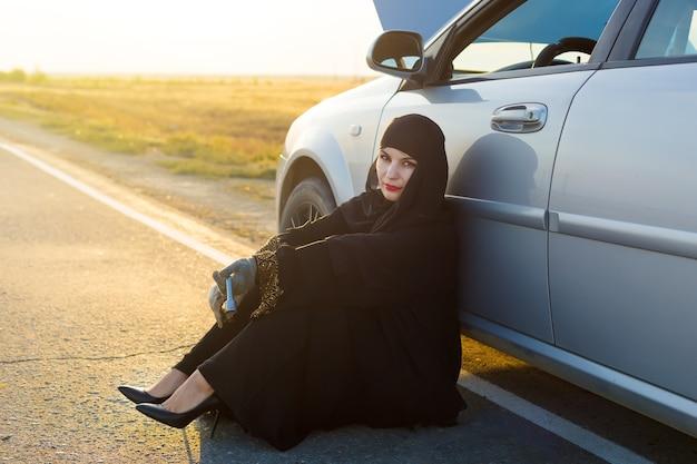 Muzułmanka łamanie samochodu na drodze