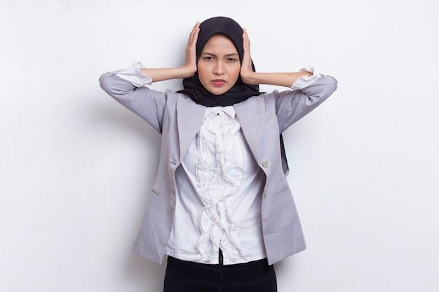 Muzułmanka młoda azjatycka kobieta zakrywa uszy