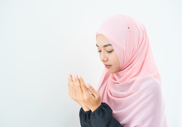 Muzułmanka modli się w hidżabie