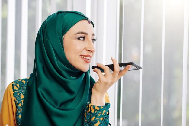 Muzułmanka nagrywa wiadomość głosową