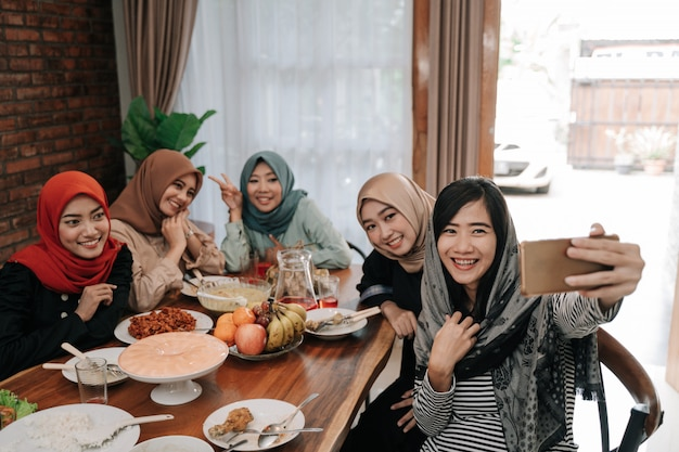 Muzułmanka noszenie hidżabu wziąć selfie razem