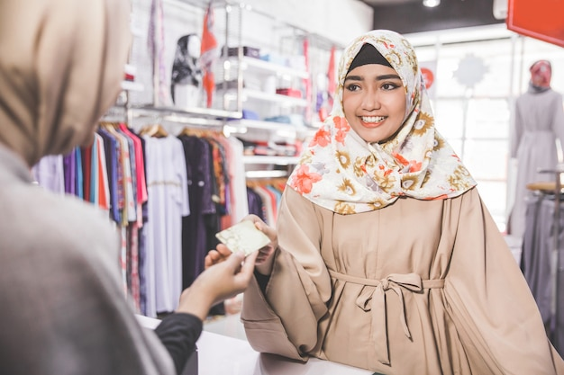 Muzułmanka płaci kartą kredytową