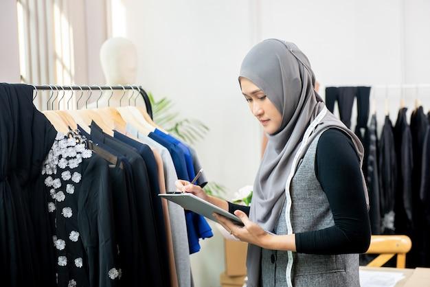 Muzułmanka projektant pracujący w sklepie krawieckim