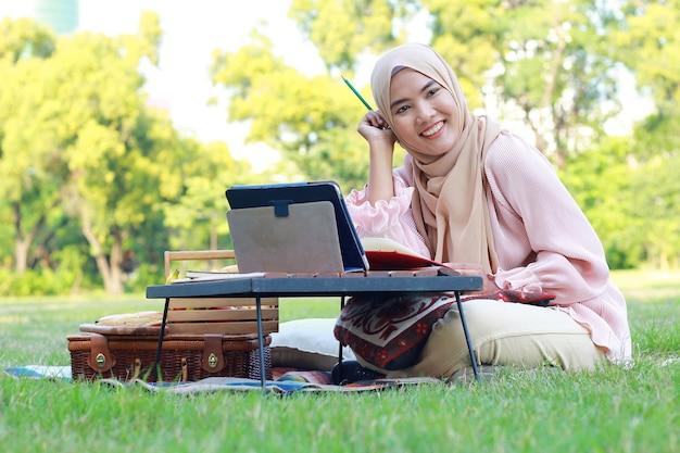Muzułmanka relaks i praca w parku na wakacjach