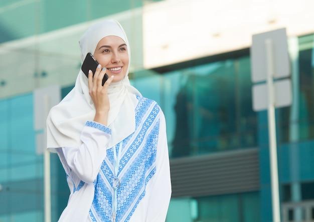 Muzułmanka rozmawia przez telefon