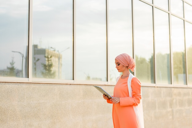Muzułmanka stojąca trzymająca papier z dokumentami