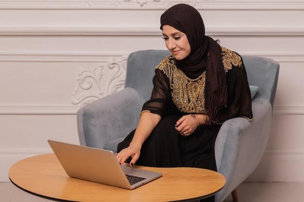 Muzułmanka ubrana w hidżab pracuje