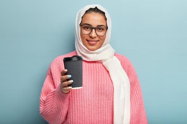 Muzułmanka ubrana w różowy sweter