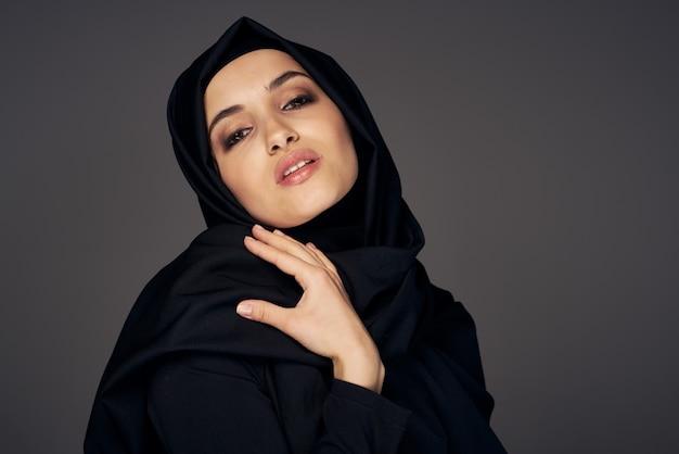 Muzułmanka w czarnym hidżabie religia ciemnym tle