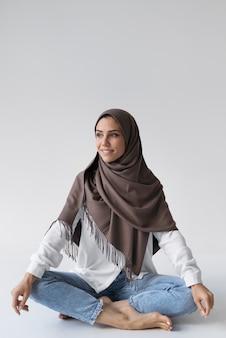 Muzułmanka w pełnym ujęciu z hidżabu