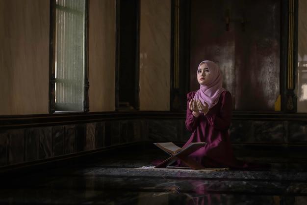 Muzułmanki noszące fioletowe koszule odmawianie modlitwy islamu.