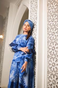Muzułmanki z turbanem w niebieskiej sukience