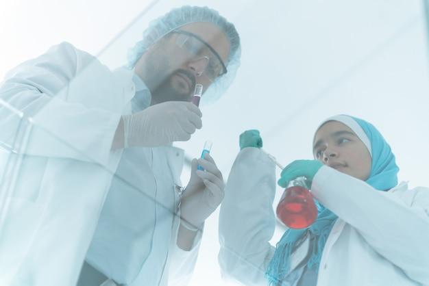 Muzułmańscy naukowcy męscy i żeńscy w szpitalnym laboratorium