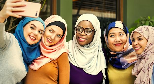 Muzułmańscy przyjaciele bierze selfie