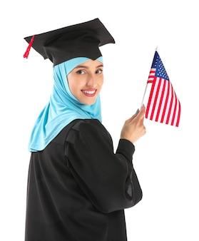 Muzułmańska absolwentka z flagą usa na białym