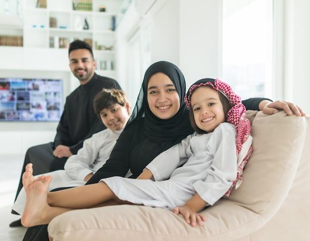 Muzułmańska arabska rodzina na kanapie w domu