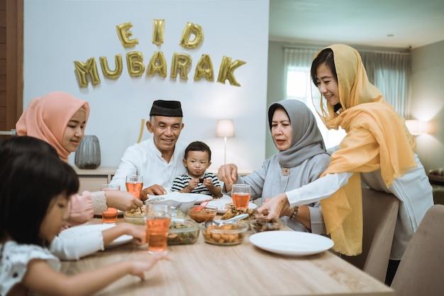 Muzułmańska azjatycka rodzina i dziadkowie po przerwaniu postu podczas ramadanu. iftar przerwa obiadowa