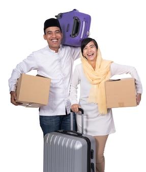 Muzułmańska azjatykcia para z podróży walizką