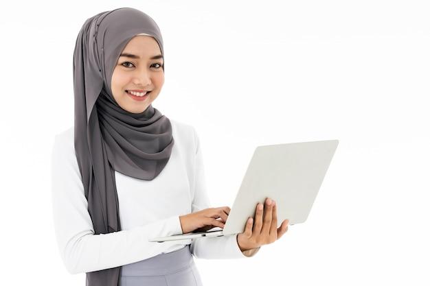 Muzułmańska dziewczyna używa laptop