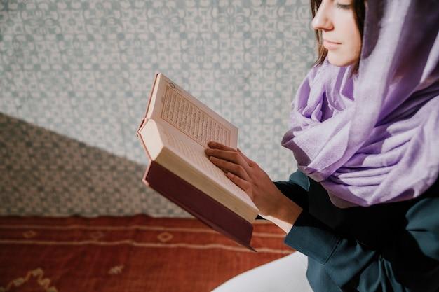 Muzułmańska kobieta czyta w koranie