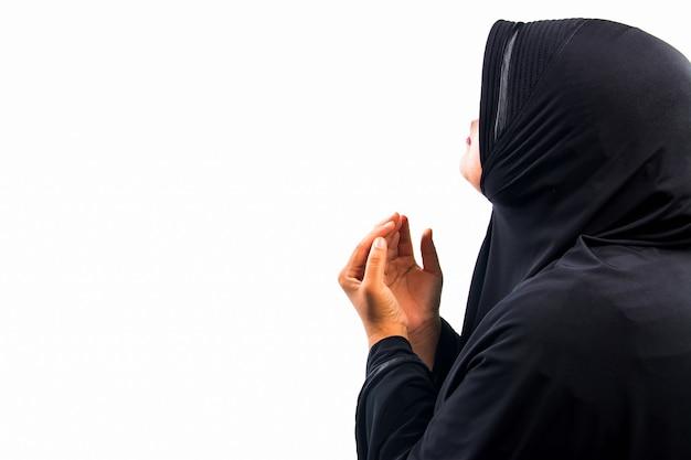 Muzułmańska kobieta modli się za allaha, muzułmańskiego boga