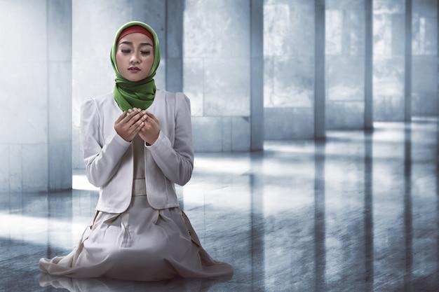 Muzułmańska kobieta modli się