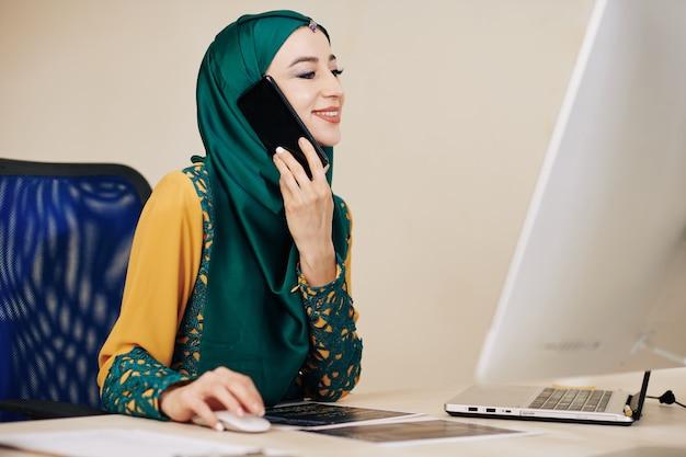 Muzułmańska kobieta rozmawia przez telefon