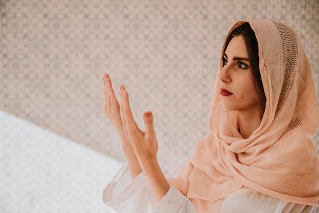 Muzułmańska kobieta się blisko modlitwy