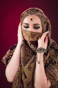 Muzułmańska kobieta z ładną biżuterią