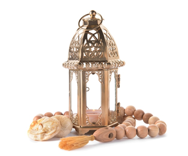 Muzułmańska lampa jako symbol ramadanu i tasbih na białym tle