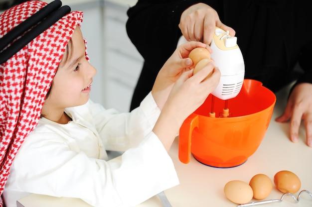 Muzułmańska mama i synek w kuchni