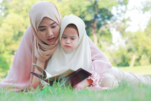 Muzułmańska matka i córka lubią relaksować się w parku.